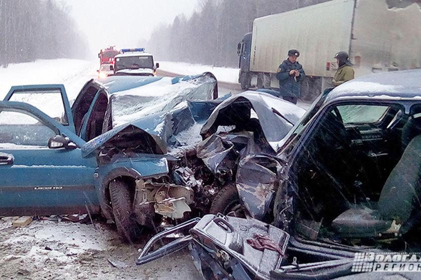 В Вологодской области в лобовой аварии с «Волгой» и «десяткой» погибли четверо человек